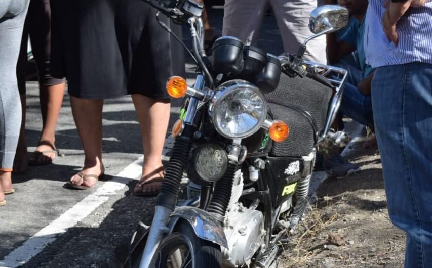 Motocicleta en la que viajaban la madre e hijo en la ruta a Huité, Zacapa. (Foto Prensa Libre: Mario Morales)