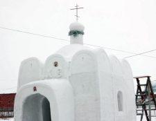 Panorámica de la iglesia de nieve construida en Sosnovka, Rusia. (Foto Prensa Libre: AP).