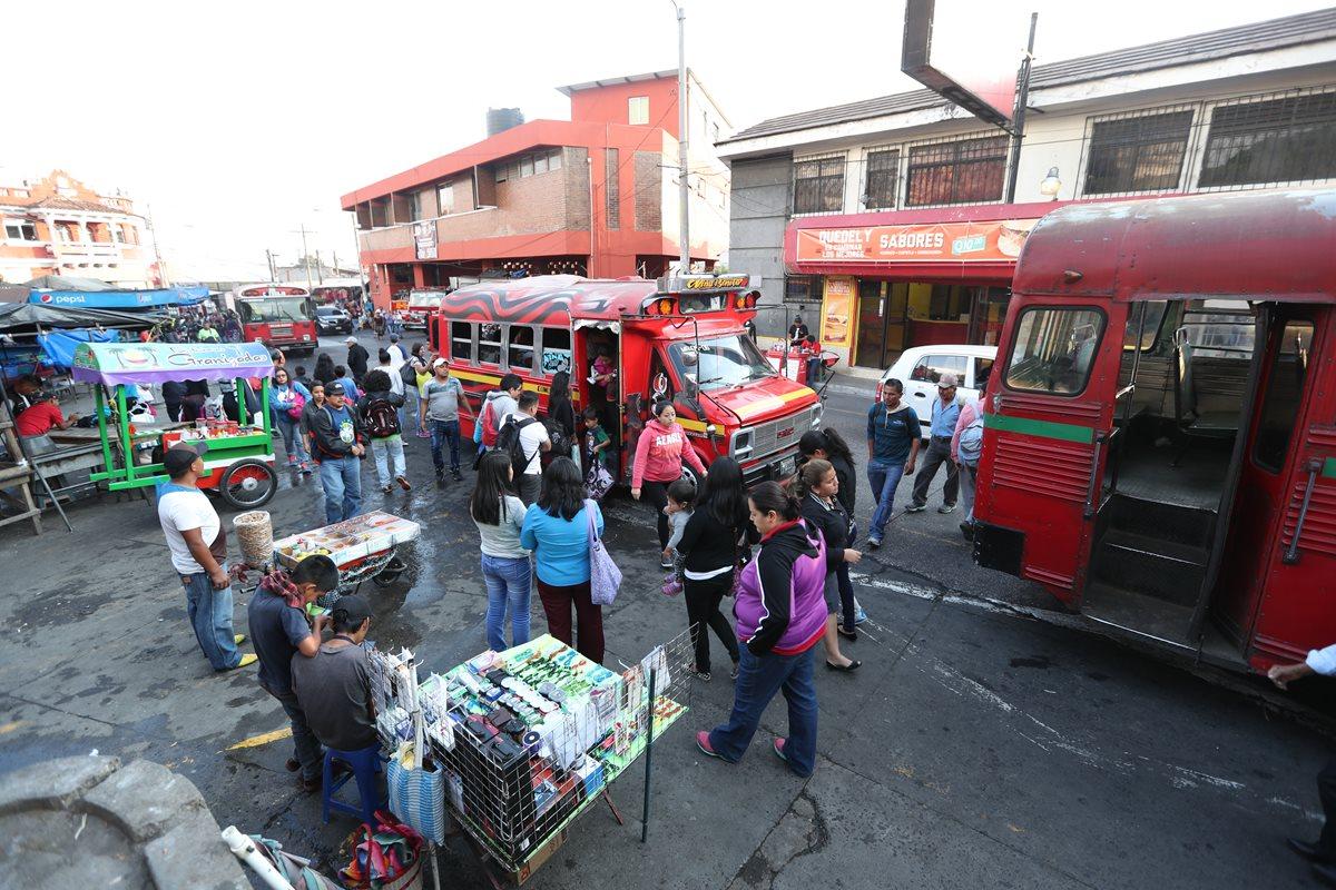 Pilotos y vecinos se quejan por el desorden y atascos en el centro de Mixco