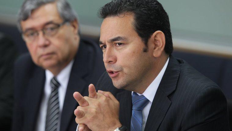 Jimmy Morales explica su plan de Gobierno, al fondo el candidato a la vicepresidencia Jafeth García. (Foto Prensa Libre: Esbin García)