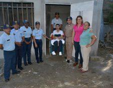 Waldo Edson Salguero León -en silla de ruedas- junto a las personas que hicieron posible la construcción de la vivienda. (Foto Prensa Libre: Dony Stewart).