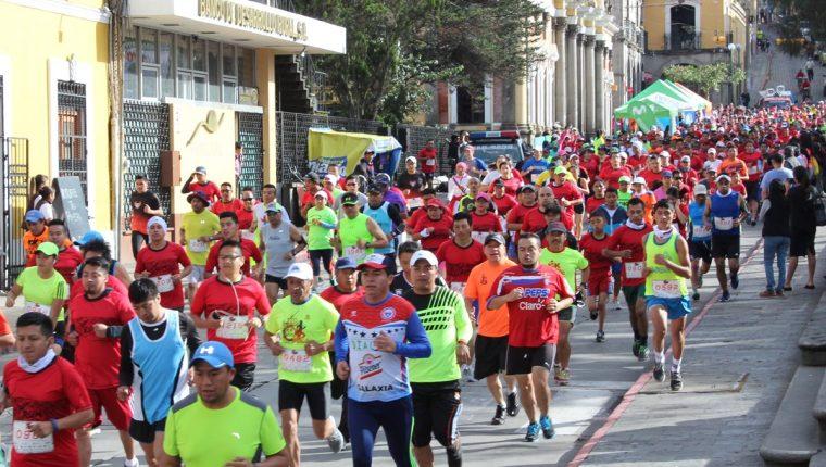 Los quetzaltecos llenaron de alegría las calles. (Foto Prensa Libre: Raúl Juárez)