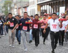 Meseros corren con charolas en la mano en Antigua Guatemala, Sacatepéquez. (Foto Prensa Libre: Érick Ávila).