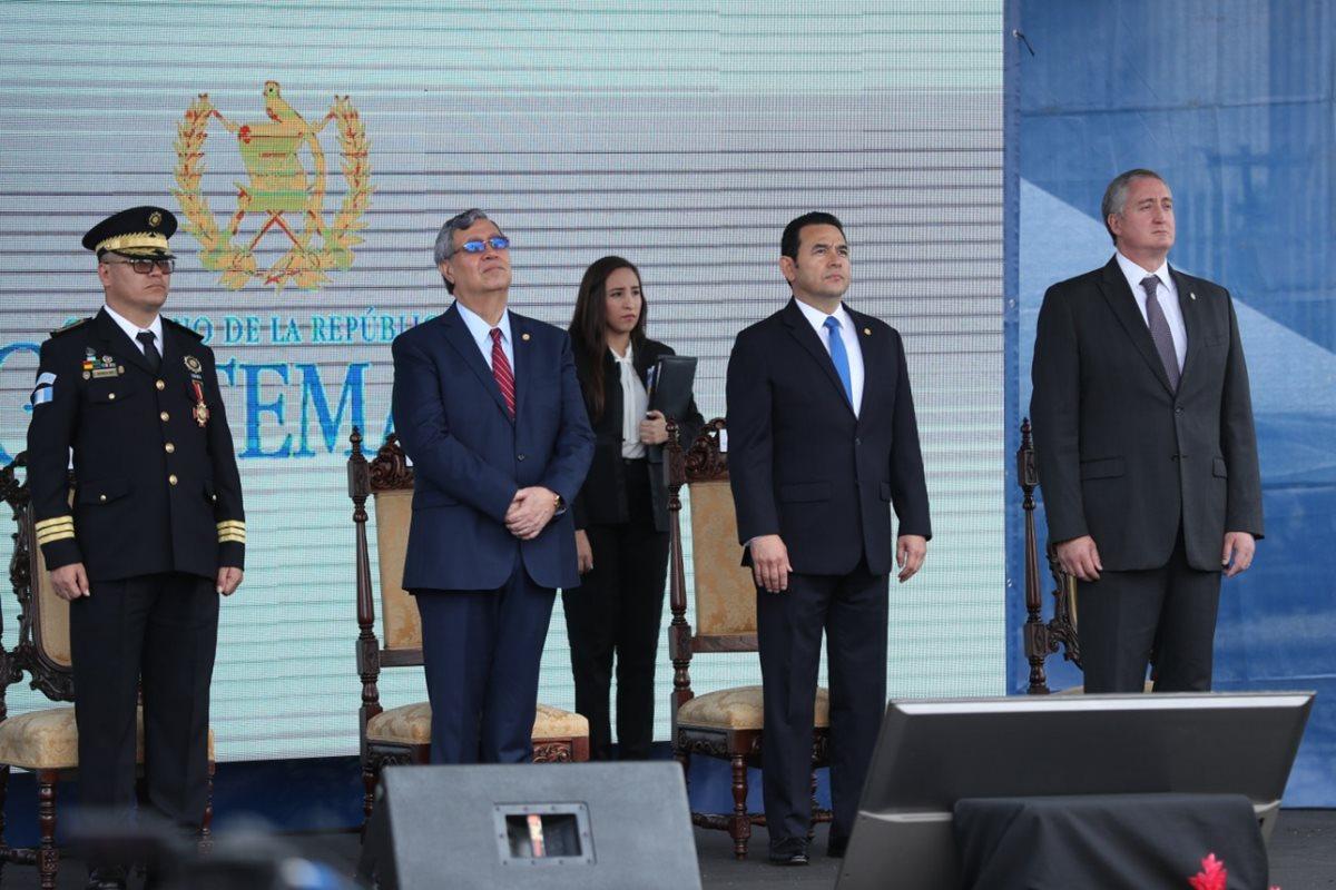 El presidente Jimmy Morales puso en peligro la seguridad ciudadana con el nombramiento de Degenhart (derecha), dicen los denunciantes. (Foto: Hemeroteca PL)