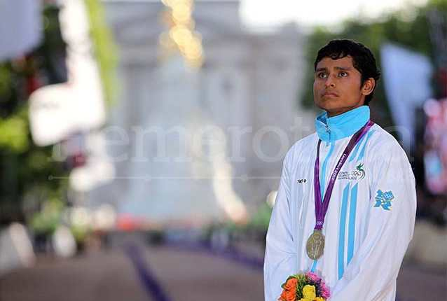 Visiblemente conmovido, el atleta Erick Barrondo observa cuando se iza la bandera de Guatemala en Londres. (Foto: Hemeroteca PL)