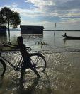 """Las inundaciones amenazan áreas vulnerables por el fenómeno de """"La Niña"""". (Foto Prensa Libre: EFE)."""
