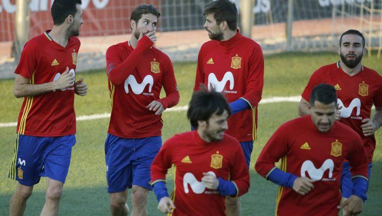 Sergio Ramos y Gerard Piqué comparten en la selección de España. (Foto Prensa Libre: AFP)