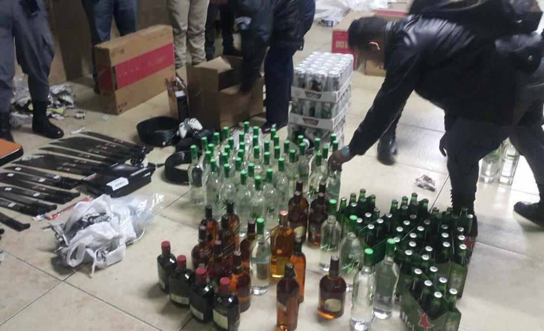 Guardia de presidios intentaba ingresar licor y machetes