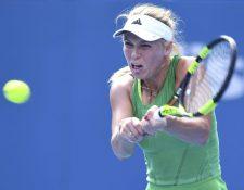 La tenista danesa Caroline Wozniacki devuelve la bola a la puertorriqueña Mónica Puig. (Foto Prensa Libre: EFE)