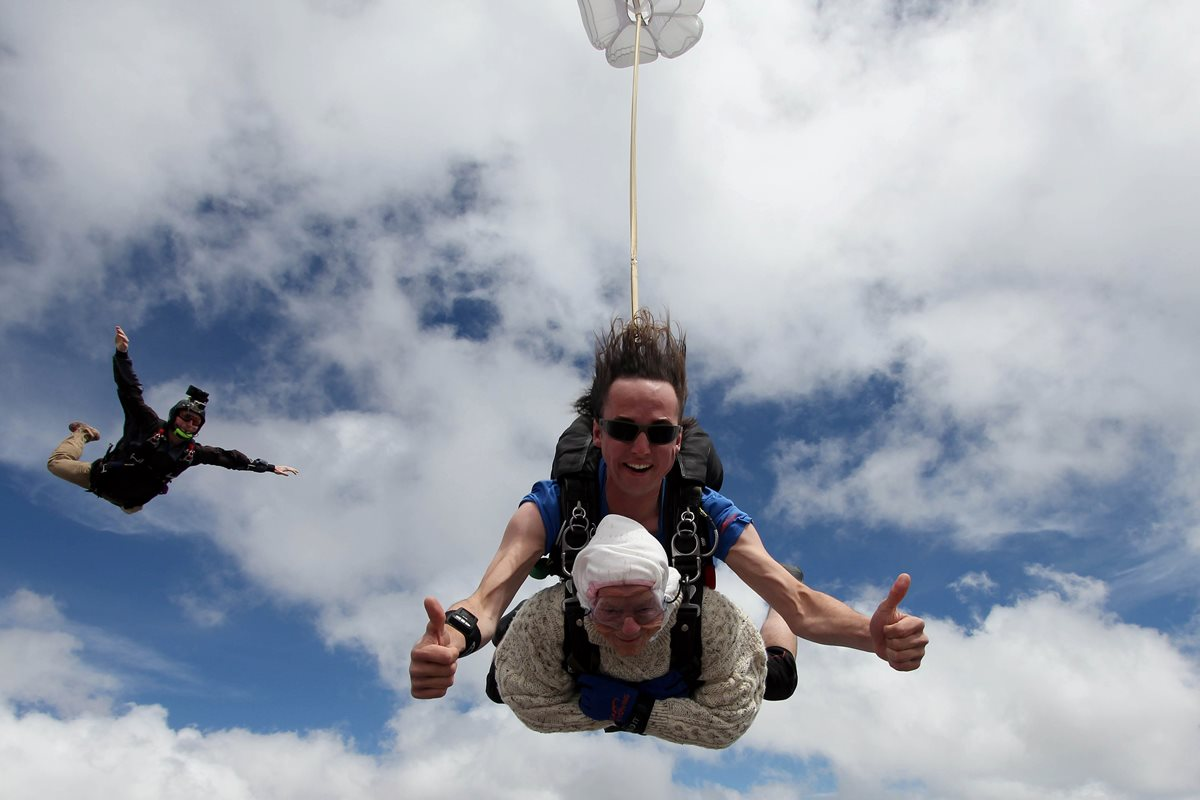 Irene O'Shea de 102 años impuso un récord al convertirse en la paracaidista más anciana del planeta. (Foto Prensa Libre: AFP)