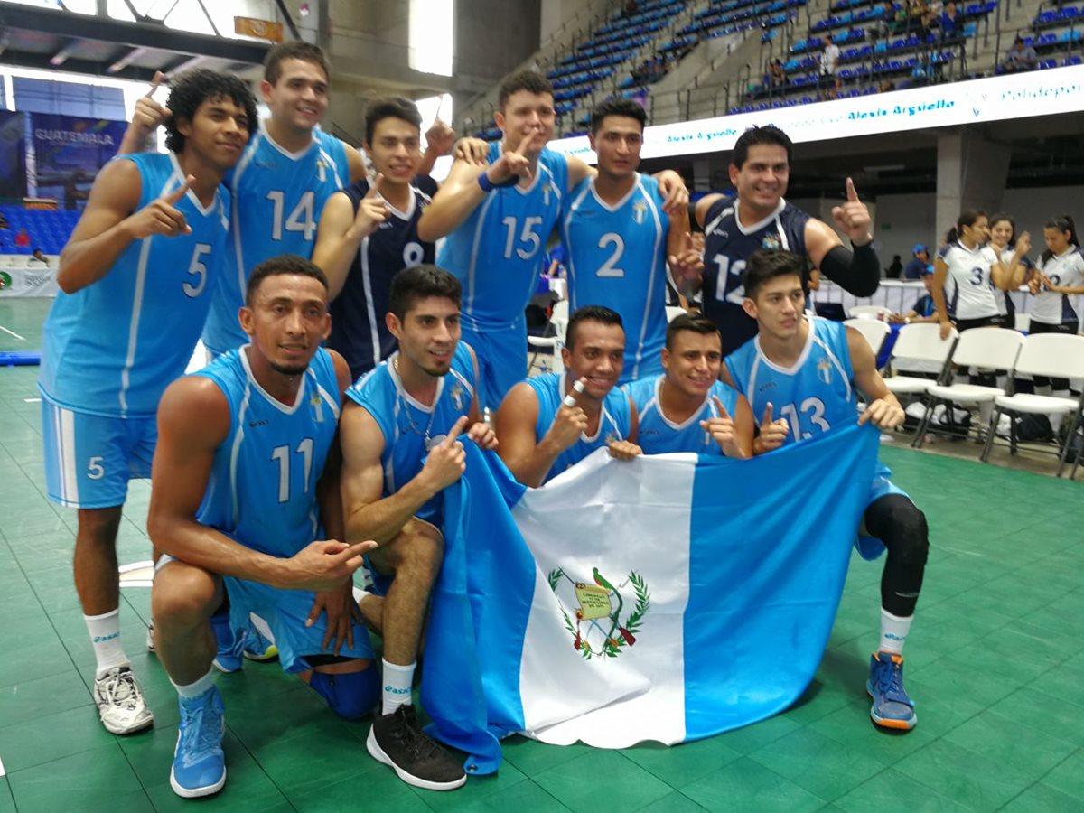Los jugadores de la selección masculina de voleibol de sala festejaron su presea dorada.  (Foto Prensa Libre: Carlos Vicente)