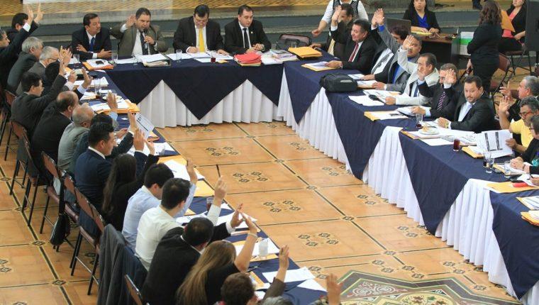 El CSU vota por los magistrados, titular y suplente, ante la Corte de Constitucionalidad. (Foto Prensa Libre: Esbin García)