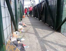 Algunos peatones usan la pasarela, la cual luce llena de basura. (Foto Prensa Libre: Rolando Miranda).