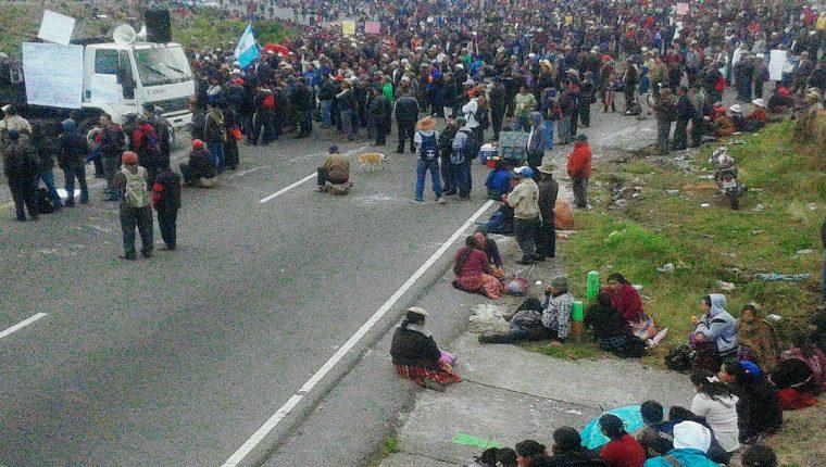 Manifestantes bloquean ruta Interamericana, en km 170, Santa Catarina Ixtahuacán, Sololá. (Foto Prensa Libre: Ángel Julajuj)