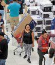 Línea blanca y pantallas planas son los artículos más buscados por los clientes en Walmart. Ayer se vio alta afluencia en la tienda Roosevelt. (Foto, Prensa Libre: Juan Diego González).