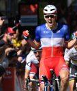 El ciclista francés del equipo FDJ Arnaud Démare celebra su victoria en la cuarta etapa del Tour de Francia. (Foto Prensa Libre: EFE)