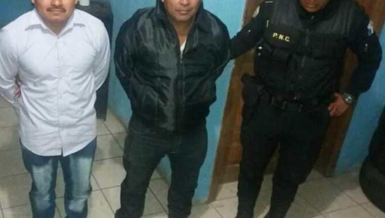 Los dos presuntos delincuentes capturados. (Foto Prensa Libre).