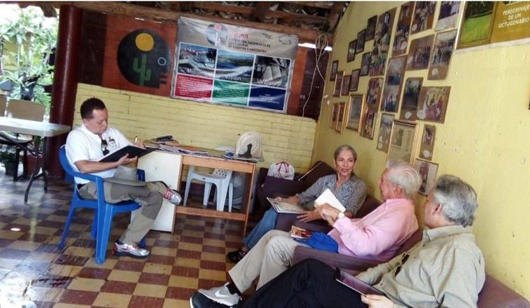 Vargas Llosa, en la sede de Azcca (Foto Prensa Libre: Twitter / @EvelynMorataya).