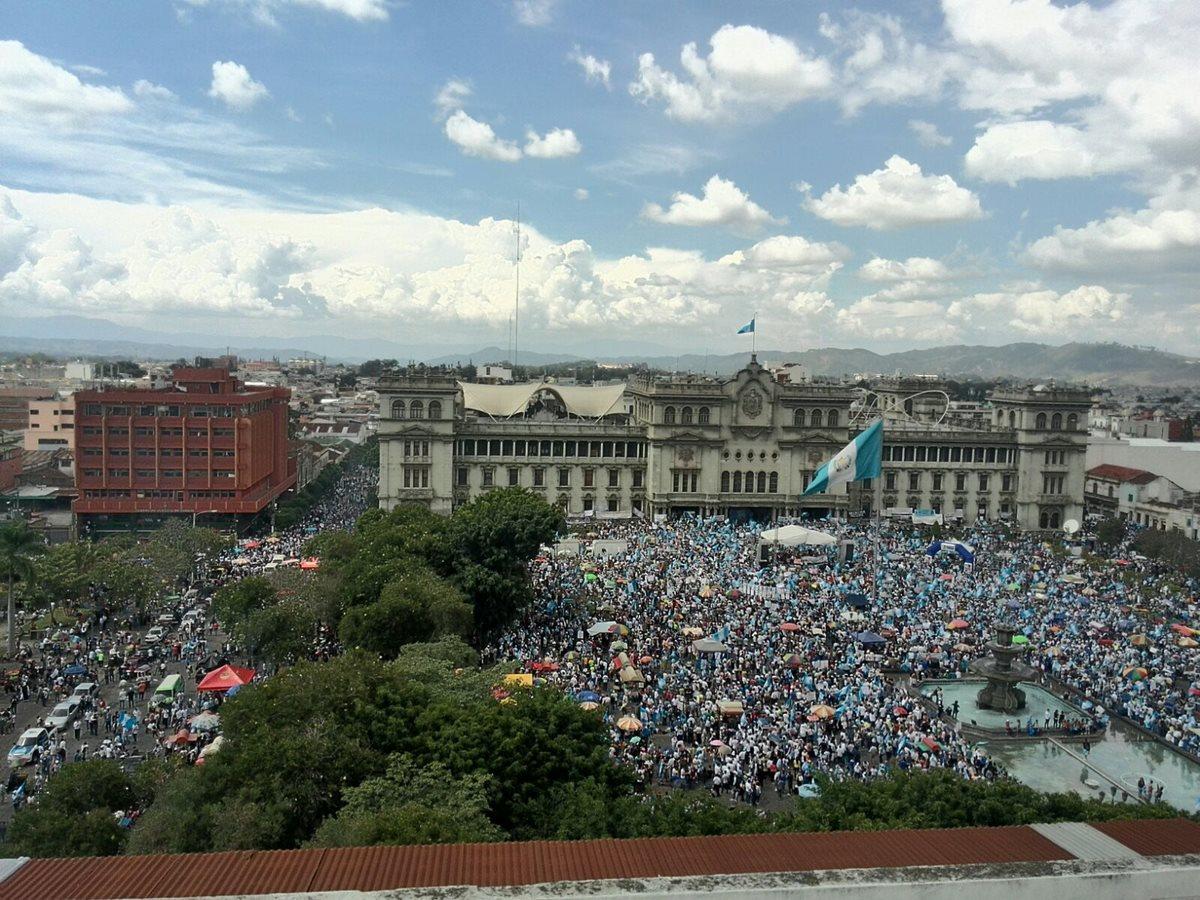 Miles de guatemaltecos piden la renuncia del presidente Otto Pérez Molina. (Foto Prensa Libre: Oscar Rivas)