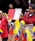 El presidente venezolano, Nicolás Maduro, muestra las bases para la Constituyente. (Foto Prensa Libre: EFE)