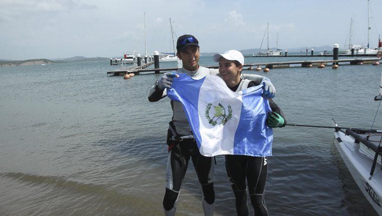Jason Hess y Katia Castellanos sostienen orgullosos la bandera de Guatemala. (Foto Prensa Libre: Cortesía ACD)