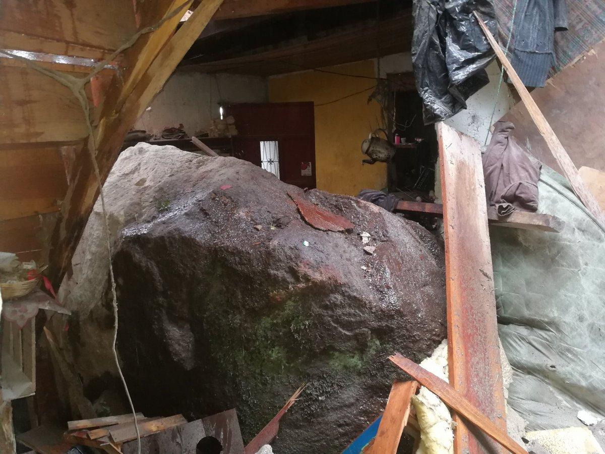 Esta piedra cayó sobre una de las viviendas en Santa Ana en la zona 1 de Xela. (Foto cortesía: CVBXela)
