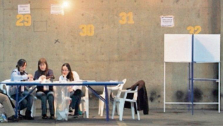 Mesas de votaciones en sótano del Parque Central, zona 1, en 2011, están vacías. (Foto: Hemeroteca PL)