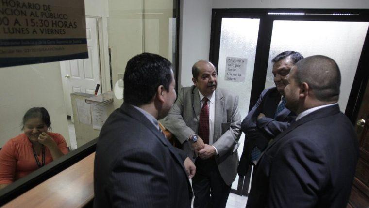exdiputados Alfredo Rabbé, Carlos Herrera y Édgar Cristiani -de espaldas- solicitan que el caso no lo conozca un juzgado de Mayor Riesgo. (Foto Prensa Libre: E. Bercián)