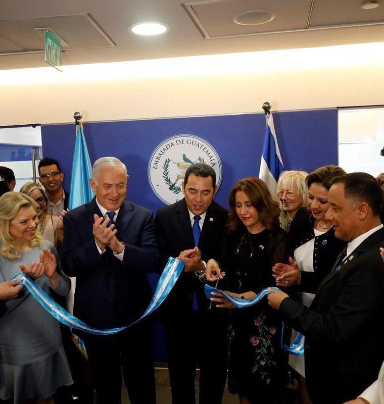 El primer ministro israelí, Benjamin Netanyahu, y el presidente, Jimmy Morales cuando inauguraron la Embajada de Guatemala en Jerusalén. (Foto Prensa Libre: EFE)