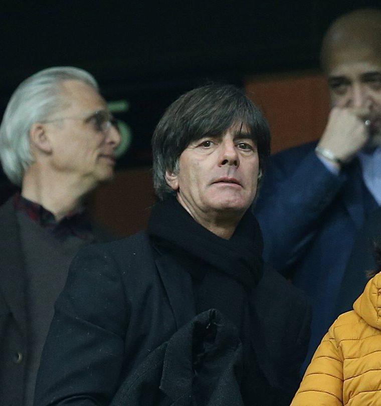 El seleccionador alemán Joachim Low (c) asiste al partido de vuelta de octavos de final entre el Besiktas Estambul y el Bayern de Munich. (Foto Prensa Libre: EFE)