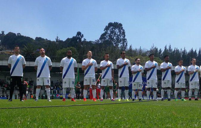 Los jugadores de Comunicaciones cantan el Himno Nacional de Guatemala. (Foto Prensa Libre: Francisco Sánchez)