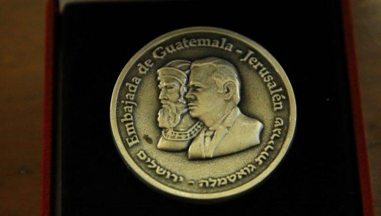 Los perfiles de Jimmy Morales y el rey Ciro figuran en la moneda conmemorativa que se entregó este viernes al presidente. (Foto Prensa Libre: Comunicación Social de la Presidencia)