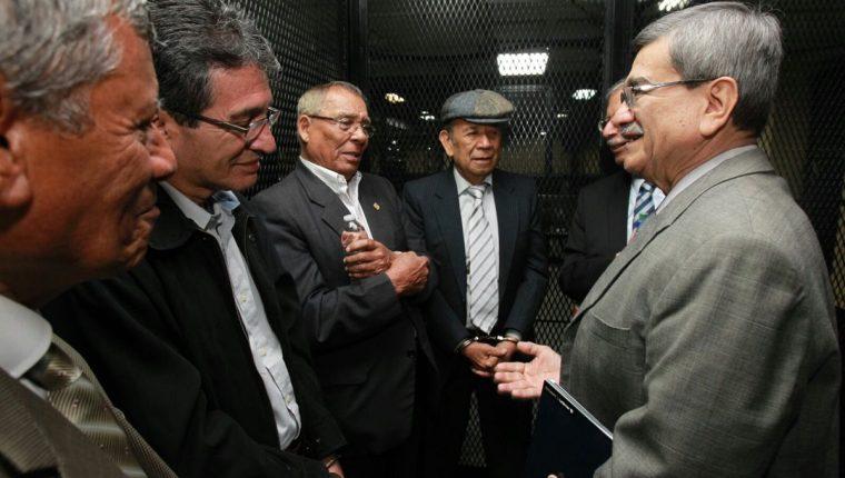 José Mauricio Rodríguez Sánchez, a la derecha, saluda a militares capturados la semana pasada, acusados de participar en masacres durante el conflicto armado interno. (Foto Prensa Libre: Estuardo Paredes)