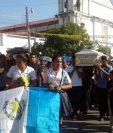 Decenas de personas asistieron al sepelio de la maestra y su progenitor en el Cementerio General de Sanarate, El Progreso. (Foto Prensa Libre: Hugo Oliva)