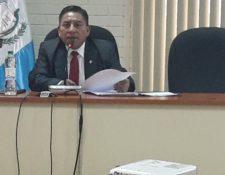 Juez Pablo Xitumul habla a los medios sobre el oficio que envió al Consejo de la Carrera Judicial. (Foto Prensa Libre: Estuardo Paredes)