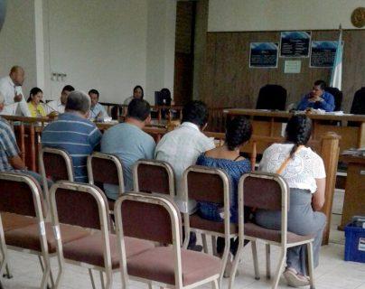 Los exfuncionarios ediles escuchan la audiencia en el Juzgado Penal de Puerto Barrios, Izabal. (Foto Prensa Libre: Hemeroteca)
