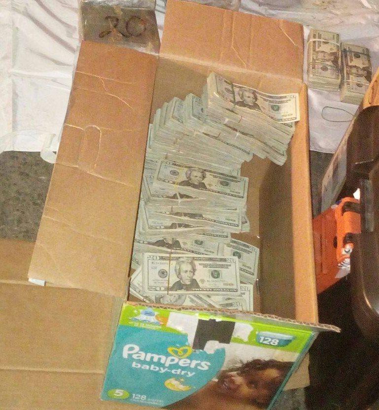 Dinero localizado en una caja de pañales desechables. (Foto Prensa Libre: PNC)