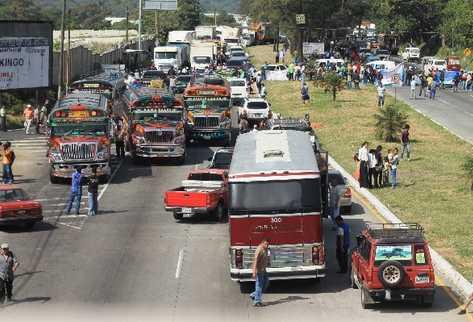Atascos se  formaron por el bloqueo que llevaron a cabo  campesinos en la entrada a San Vicente Pacaya, Escuintla.