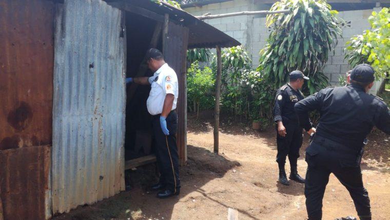 Bomberos y agentes de la Policía Nacional Civil inspeccionan el inmueble donde murió quemado Jacobo Ávila Calderón. (Foto Prensa Libre: Cristian Soto).