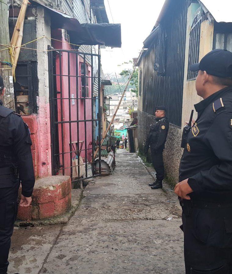 En los operativos participan agentes policiales y fiscales del MP. (Foto Prensa Libre: Cortesía PNC)