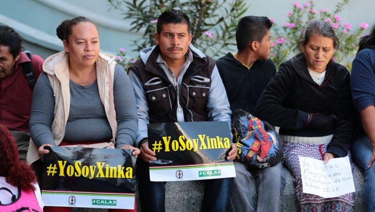 Personas que se oponen a la operación de Minera San Rafael se presentaron ante la CC a dejar un escrito para que se reconozca al pueblo xinca. (Foto Prensa Libre: Álvaro Interiano)