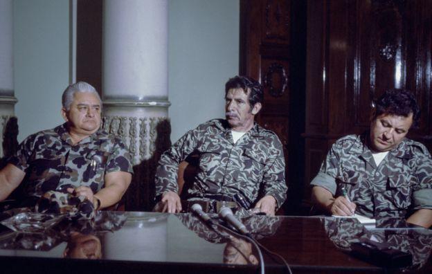 Efraín Ríos Montt (centro) anuncia el golpe de Estado en 1982. GETTY IMAGES