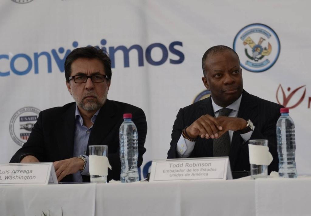 Luis Arreaga, nominado para ser embajador de Estados Unidos, y Todd Robinson, actual embajador, durante un acto oficial en Guatemala en diciembre de 2015. (Foto Prensa Libre: Hemeroteca PL)