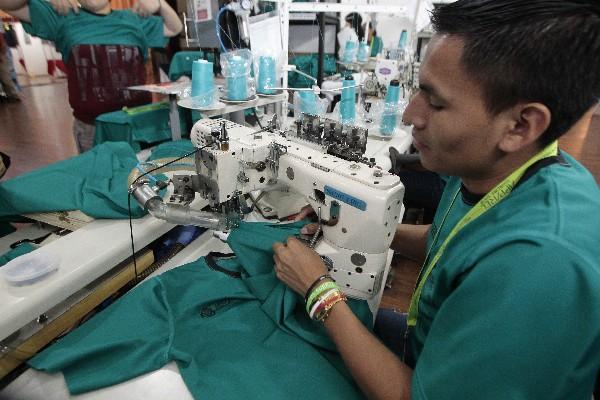 Otro operario es el encargado de coser las mangas de manera precisa y sin dejar hilos sueltos. (Foto Prensa Libre: Álvaro Interiano)