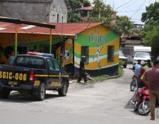 Tres personas fueron ultimadas dentro de una refresquería en Santo Tomas de Castilla, Puerto Barrios, Izabal.(Foto Prensa Libre: Dony Stewart)