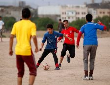 El futbol es la alegría de los jóvenes Yemeni en medio de la tensión por la guera. (Foto Prensa Libre: AFP)