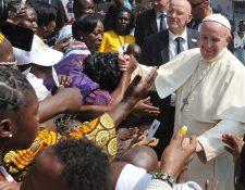 Francisco saluda a feligreses a su llegada a República Centroafricana. (Foto Prensa Libre: EFE)