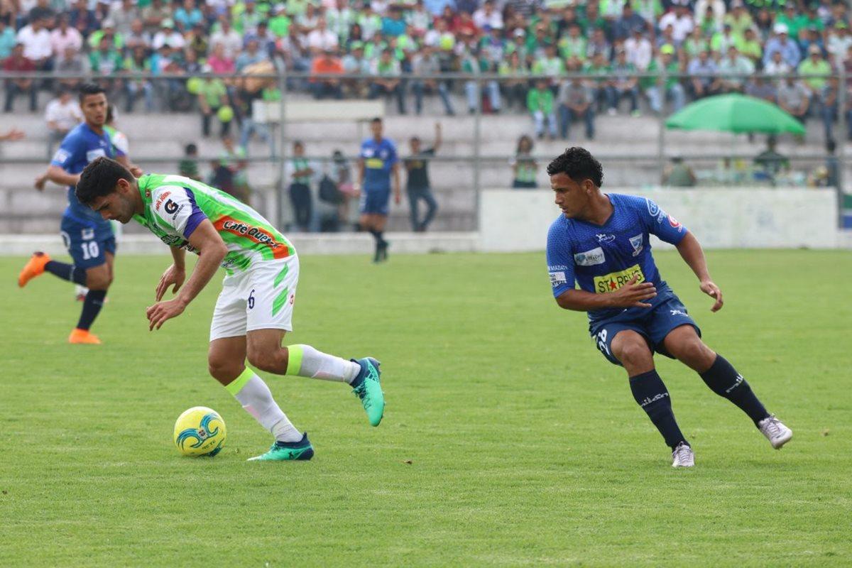 José Pinto controla la pelota y deja a German Esquivel en el camino.