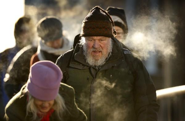 Viajeros de la isla Peaks llegan a Portland, Maine donde azota un viento helado.(AP).