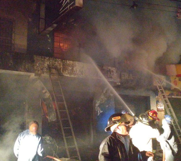 La bodega se encuentra en un segundo piso, por lo que los bomberos aún trabajan para combatir el siniestro. (Foto Prensa Libre: Fred Rivera)